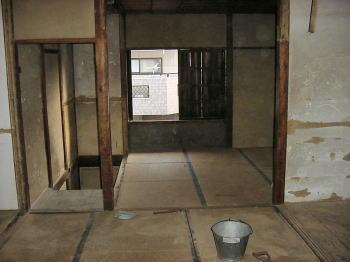 文化住宅(アパート)改装工事 文化住宅の改装工事 古い文化住宅の改装工事です。 文化住宅が古くな